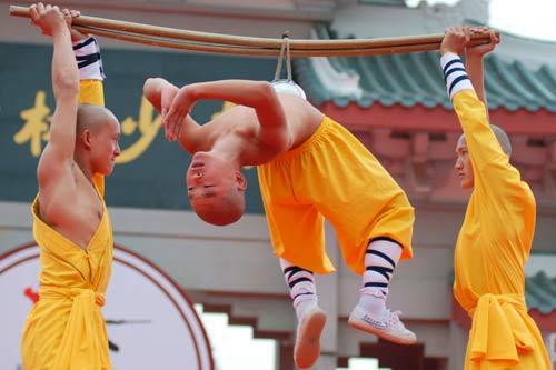10月30日,北少林武僧团在表演气功。