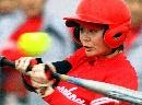 图文:城运女垒单循环第七轮 郑州队员挥棒击球