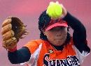 图文:城运女垒单循环第七轮 上海投手表情坚毅