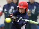图文:城运女垒单循环第七轮 大连队员挥棒击球