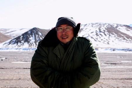 忙于做饭的大厨只有在营地依托雪山为背景留念