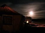 夜晚的营地与六驱车