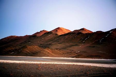 黄昏的冰河与山峦