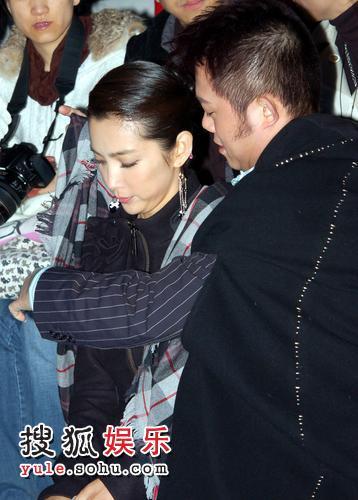 李东田为范冰冰围披肩