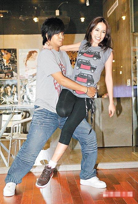 """小猪(左)曾为萧亚轩跨刀,练舞时她不慎撞到他的""""小弟弟"""""""