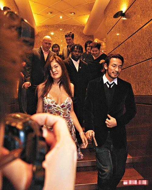 中田英寿(右)和性感大胸女郎结伴离开酒吧,后者骄人身材令人哗然