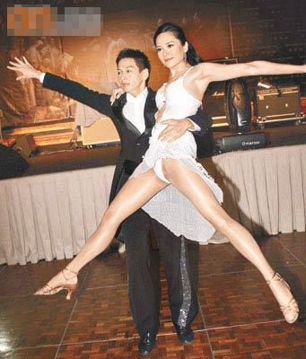 穿上超性感低胸贴身舞衣上场的郭羡妮,与吴家乐表演时不停擘腿。