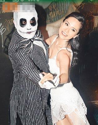 打扮成《怪诞城之夜》主角阿Jack的志伟,拉着郭羡妮跳舞。