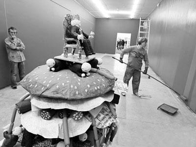 雕塑作品:叶利钦头戴王冠端坐在宝座上,宝座下面,是那些怀抱香肠的甘于被压迫的人。
