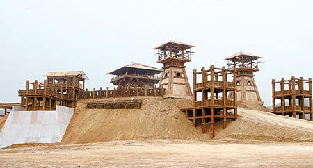 赤壁》剧组在西古县村的水库湖畔堆起黄土搭建曹操营寨,剧组搭建临时木工厂日夜赶工,预计5月中旬完工。