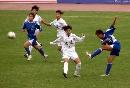 图文:女足半决赛大连VS广州 广州姑娘拔脚抽射