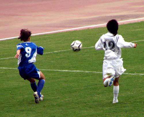 图文:女足半决赛大连VS广州 一起去追球
