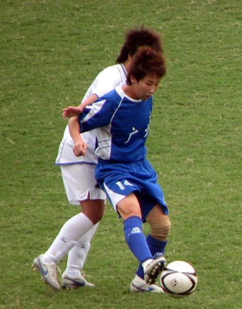 图文:女足半决赛大连VS广州 抗住对手护球