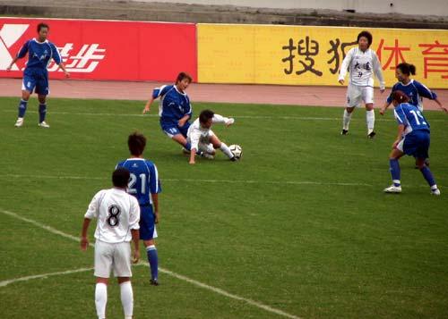 图文:女足半决赛大连VS广州 绊倒对手