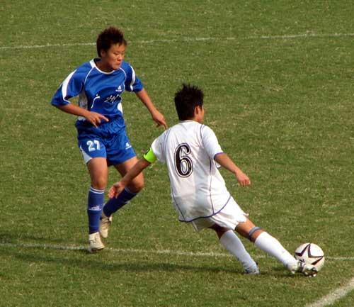 图文:女足半决赛大连点杀广州 想办法过人