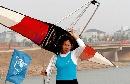 图文:六城会赛艇比赛花絮 弱女子肩扛整条赛艇