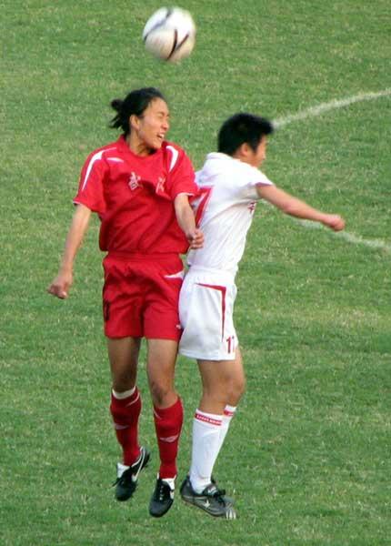 图文:女足半决赛武汉4-0南通 挤在一起争头球