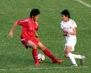 图文:女足半决赛武汉4-0南通 牢牢护住皮球