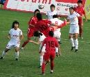 图文:女足半决赛武汉4-0南通 门前一片混战
