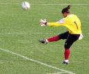 图文:女足半决赛武汉4-0南通 门将开出皮球