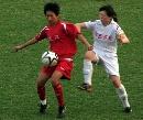 图文:城运会女足半决赛 拼抢凶狠程度不让须眉