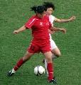 图文:城运会女足半决赛 飞速插上背后铲抢