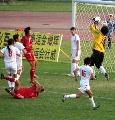 图文:东道主武汉4-0大胜南通 门前一通乱战