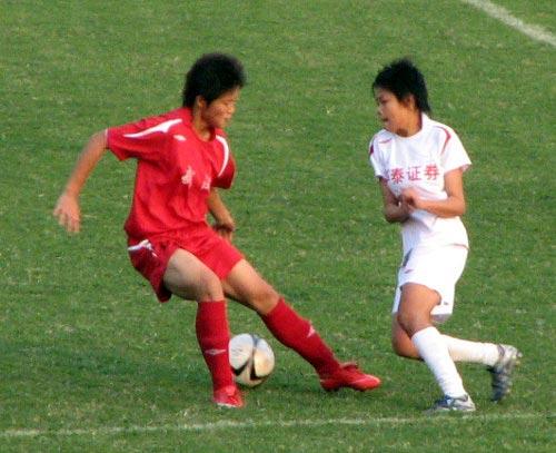 图文:东道主武汉4-0大胜南通 一对一拼抢激烈