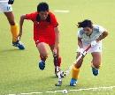 图文:大连女曲1-0广州夺冠 张春红带球突破