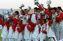 图文:大连女曲1-0广州夺冠 队员在领奖台上