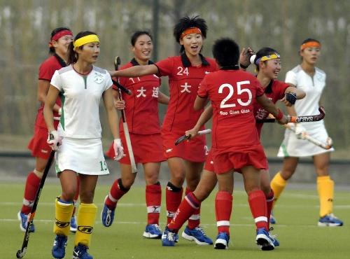 图文:大连女曲1-0广州夺冠 队员拥抱在一起