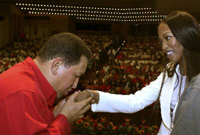 10月31日,委内瑞拉总统查韦斯在一个仪式上亲吻坎贝尔的手