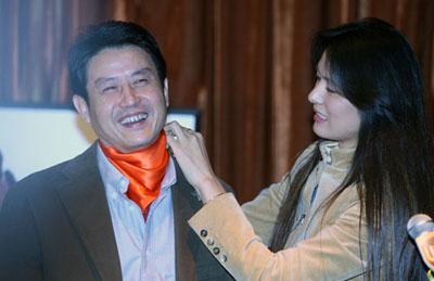 马艳丽(右)现场用一条丝巾让陈忠和多了几分时尚的味道