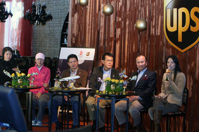赵蕊蕊(左一)、王军霞(左二)、陈忠和(左三)等嘉宾出席发布会