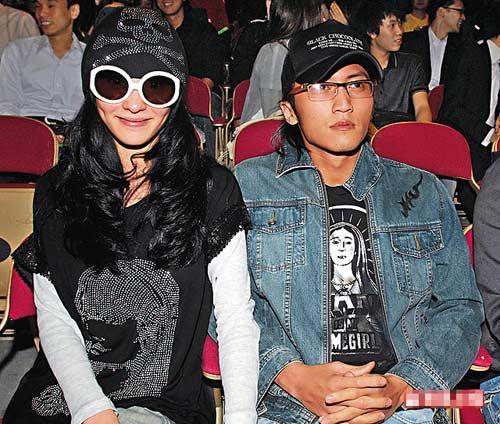 谢霆锋夫妇专程欣赏Eason演唱会,初时柏芝精神不错,见到记者拍照还面露笑容