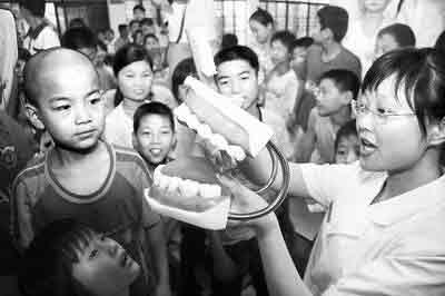 省会一医院的护士在教孩子们如何刷牙