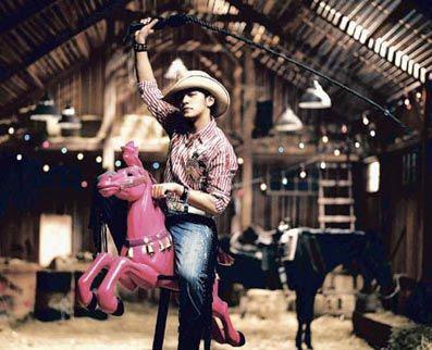 """周杰伦在《牛仔很忙》里骑粉红马(左图)的画面,和杨丞琳在《缺氧》里骑白马(上图)有异曲同工之妙,网友更以""""周董要跟杨丞琳抢可爱教主宝座喔?""""来评论改走可爱风的周董新歌。"""