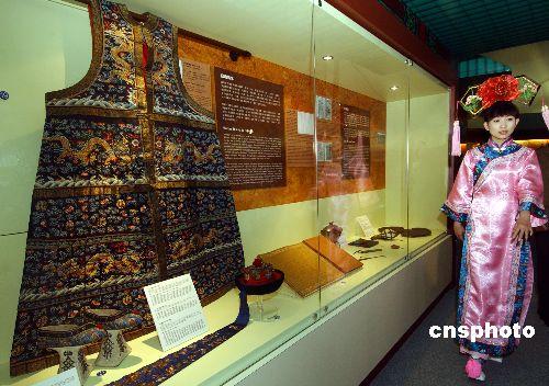 """11月1日,""""白山黑水的战士──清代八旗文物""""开幕礼在香港海防博物馆举行,展出从沈阳故宫博物院的珍藏中,精选的五十多件八旗武备和极具宫廷特色的御用武器,让观众领略满族八旗精神面貌和清代皇室尚武文化的特色。图为清代后妃朝会或重要场合时穿用的石青缂丝五彩金龙棉女朝褂。 中新社发 蔡蔓莉 摄"""