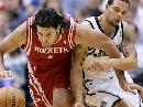 图文:[NBA]火箭VS爵士 斯科拉与对手拼抢