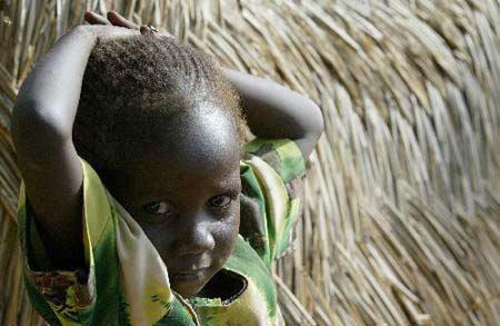 2004年。9月7日,在苏丹西部达尔富尔地区的一所小学,一名女孩站在一个临时搭建的茅屋外。超过9000人在这所学校安营落户,学校不得不暂时中止了课程。由于苏丹政府和反政府武装在安全问题上均持强硬态度,使得解决达尔富尔地区危机的和谈再次陷入僵局。