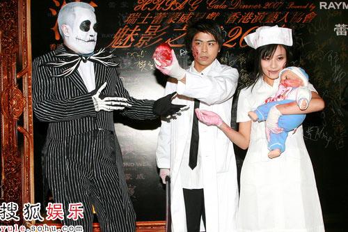 阮民安(Tommy)和江若琳扮医生和护士,左为曾志伟