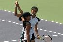 图文:六城会网球女双决赛 胜利时放松微笑击掌