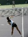 图文:六城会网球女双决赛 高压向下小翘起臀部