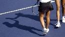 图文:六城会网球女双决赛 影子投射在赛场上