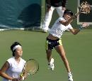 图文:六城会网球女双决赛 高高跳起回球