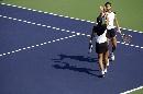 图文:六城会网球女双决赛 小姐妹击掌庆祝胜利