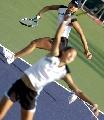 图文:六城会网球女双决赛 一前一后默契配合