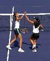 图文:六城会网球女双决赛 小姐妹开心夺冠
