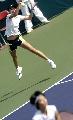 图文:六城会网球女双决赛 看我跳得多高