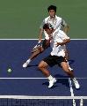图文:六城会网球男双决赛 看网球是否出界